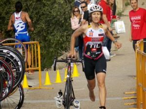 Chus dándolo todo en la transición del segmento de ciclismo a carrera a pie.
