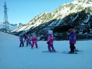 Los más pequeños empiezan a disfrutar del esquí.