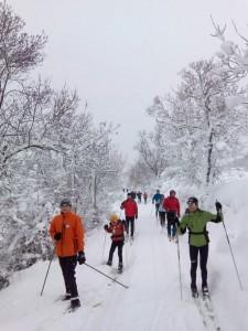 Buena afluencia de esquiadores por las calles.