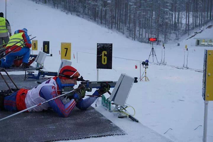 Competición de biathlon adaptado con carabinas láser.