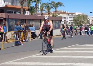 Fran Cubero finalizando el segmento de ciclismo