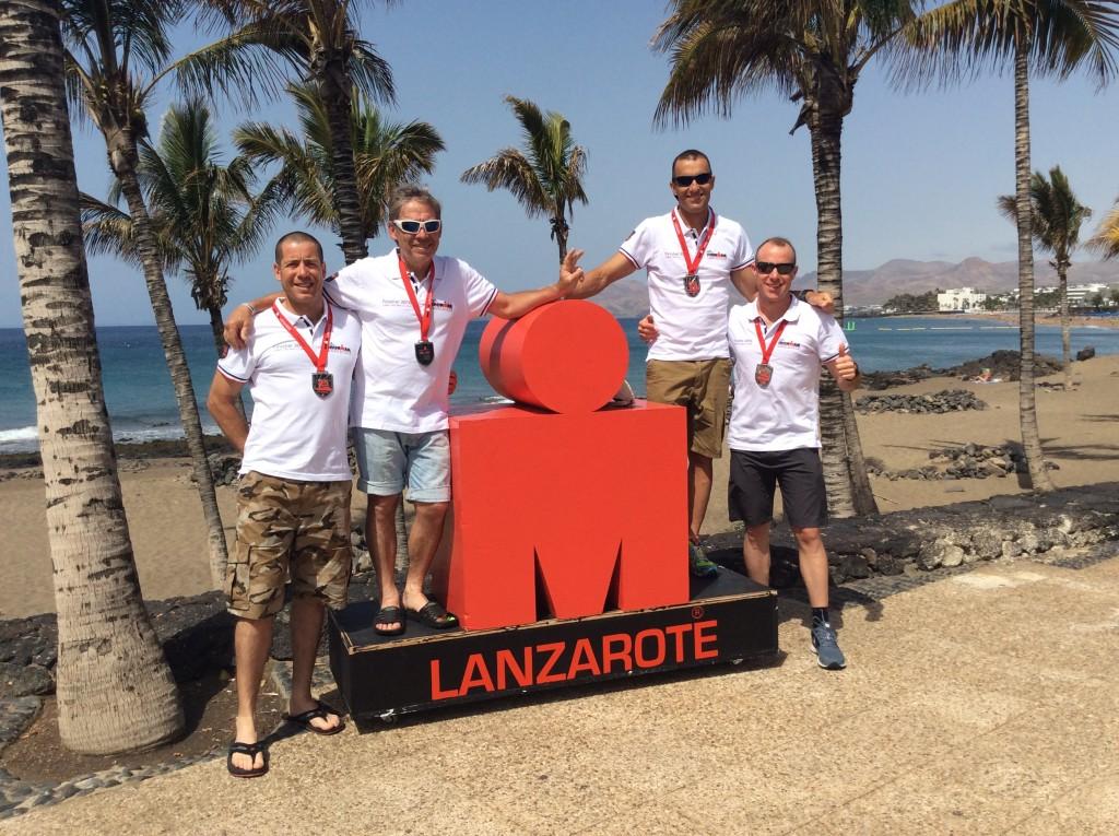 Los triatletas de Mayencos con la medalla de Ironman Finisher